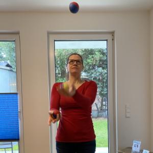 Tik am Tibarg > Marei Schachschneider beim jonglieren > Neujahrsvorsaetze und Amerikanische Chiropraktik > 300x300