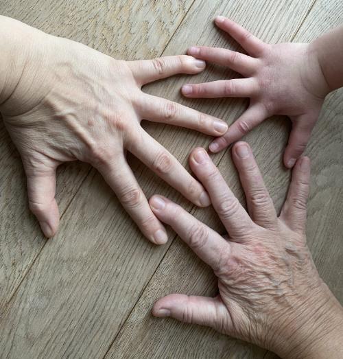 Tik am Tibarg > Weltfrauentag > drei Generationen > Haende > Alle zusammen > 500x523